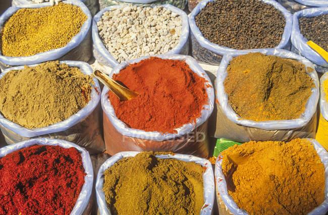 India, Goa, Curry Spices en Mapsa Market - foto de stock