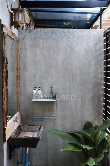 Wohnkultur mit Kaktus-Pflanzenspendern im Bad — Stockfoto
