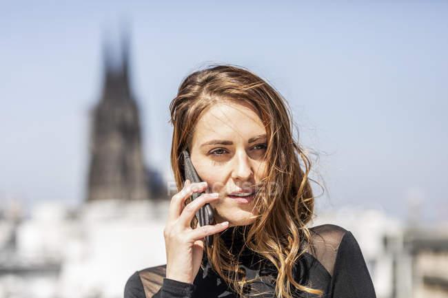 Alemanha, Colônia, retrato de mulher ao telefone — Fotografia de Stock