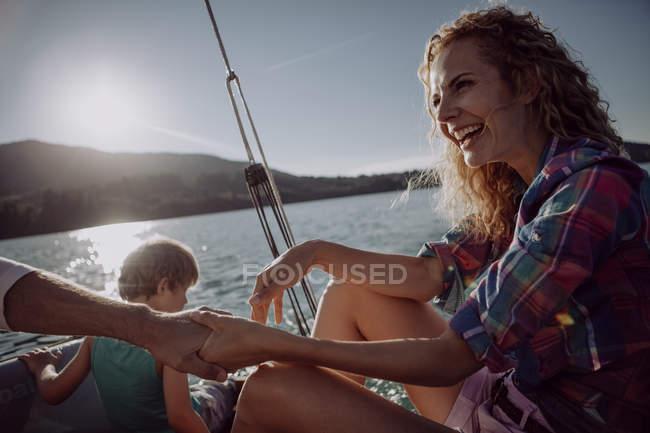 Famiglia felice su una barca a vela — Foto stock