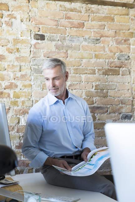 Бізнесмен сидить на парті. — стокове фото