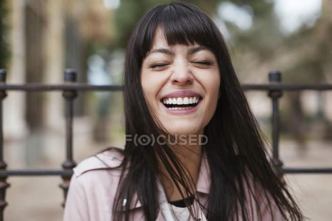 Портрет веселої молодої жінки з заплющеними очима. — стокове фото