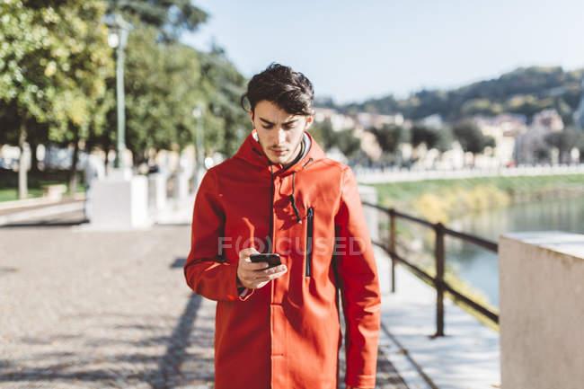 Італія, Верона, турист за допомогою смартфона — стокове фото