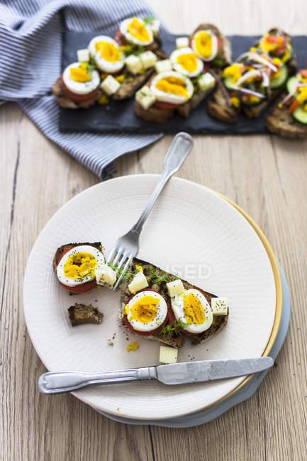 Вегетаріанський сніданок з хлібом, яйцями і томатними скибочками і скибочками огірки — стокове фото