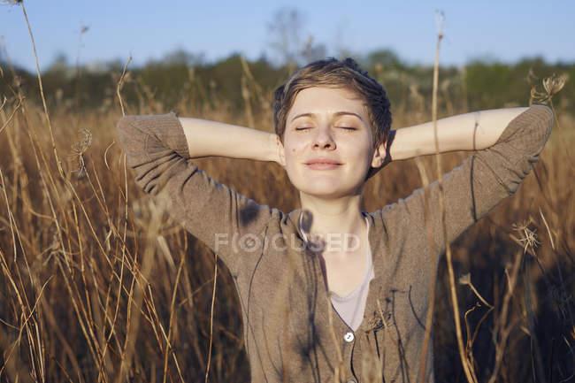 Портрет усміхнена жінка розслабляє в природі — стокове фото