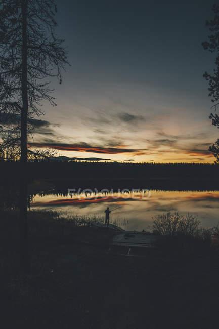 Canada, Columbia Britannica, pesca uomo al lago Duhu al tramonto — Foto stock