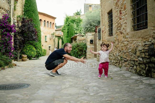 Padre che gioca con sua figlia — Foto stock