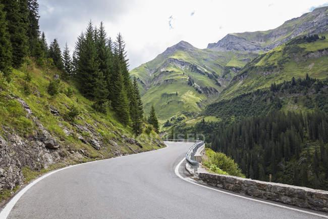 Austria, Vorarlberg, tortuosa stradina alpina da Warth a Lech, valle del Lech — Foto stock