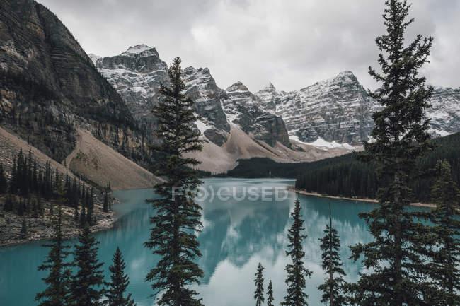Canadá, Alberta, Valle de los Diez Picos, Parque Nacional Banff, Lago Moraine - foto de stock