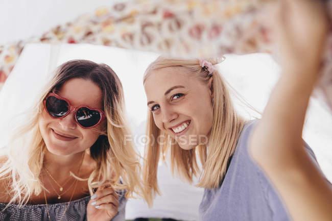 Портрет двох щасливих молодих жінок у чайнику. — стокове фото