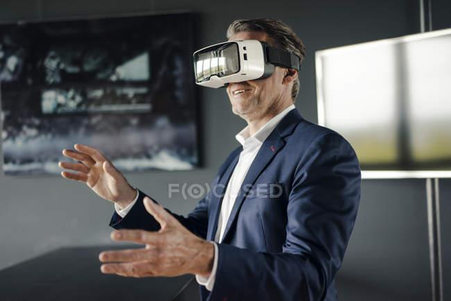 Reifer Geschäftsmann mit Vr-Brille im Amt — Stockfoto