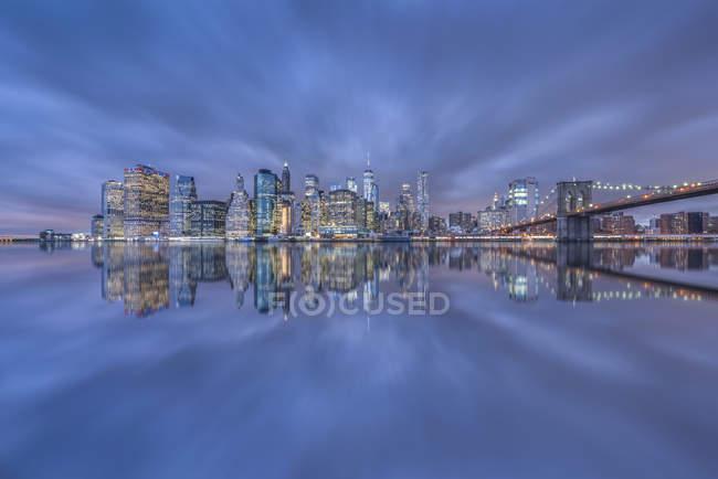 Stati Uniti, New York, Manhattan, Brooklyn, paesaggio urbano con Brooklyn Bridge — Foto stock