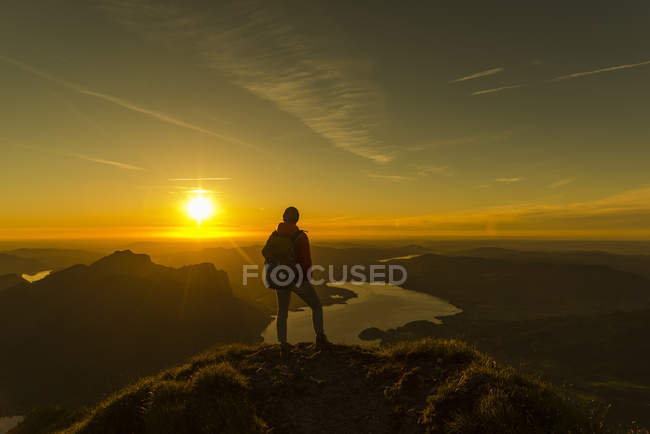 Австрія, Зальцкаммергут, Хікер стоїть на вершині, дивлячись на вид — стокове фото