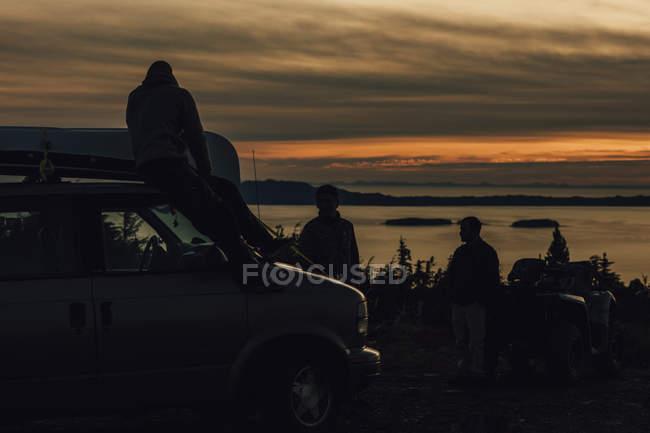 Canada, Colombie-Britannique, Prince Rupert, amis avec une minifourgonnette au mont Hays au coucher du soleil — Photo de stock