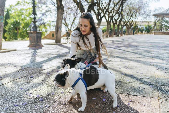 Femme caressant ses deux chiens — Photo de stock