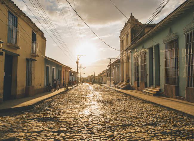 Cuba, Trinidad, pessoas de pé na rua — Fotografia de Stock
