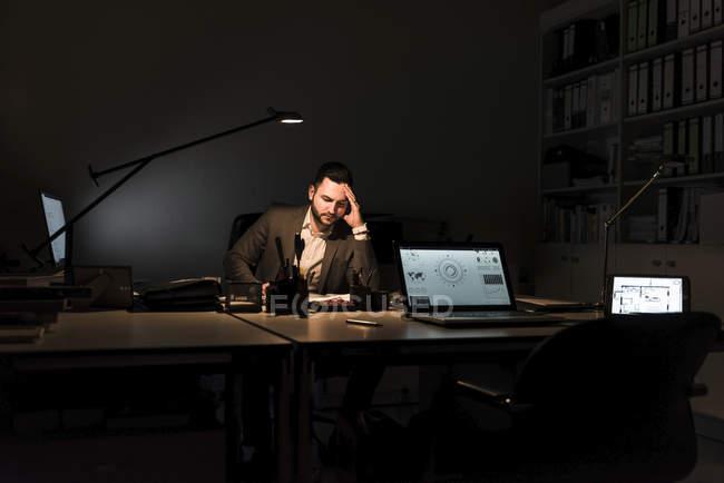 Homme d'affaires travaillant au bureau la nuit — Photo de stock