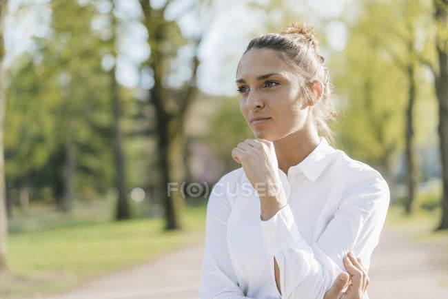 Mulher de negócios bonita na cidade, retrato — Fotografia de Stock