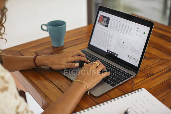 Mujer usando el ordenador portátil en casa - foto de stock