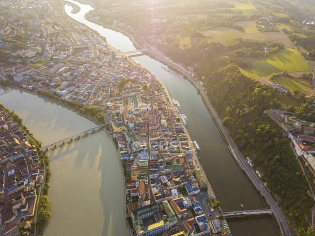 Alemanha, Baviera, Passau, cidade de três rios, vista aérea do Rio de Danúbio e de Inn — Fotografia de Stock