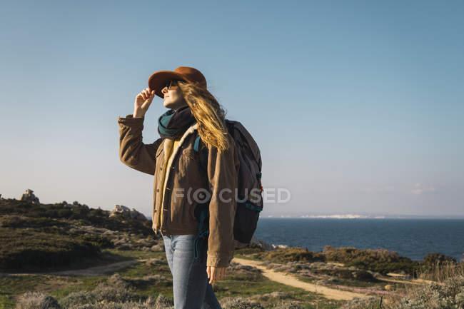 Italia, Cerdeña, mujer en un viaje de senderismo - foto de stock