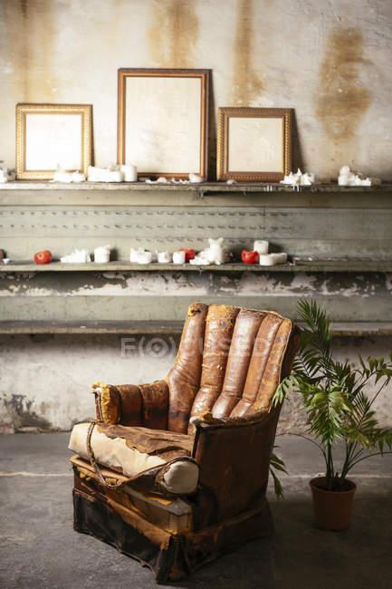 Зламана шкіряна крісло в мансарді — стокове фото