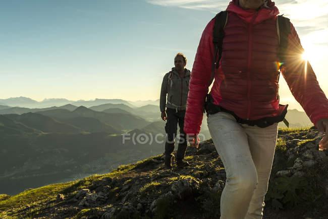 Austria, Salzkammergut, Coppia escursioni in montagna — Foto stock