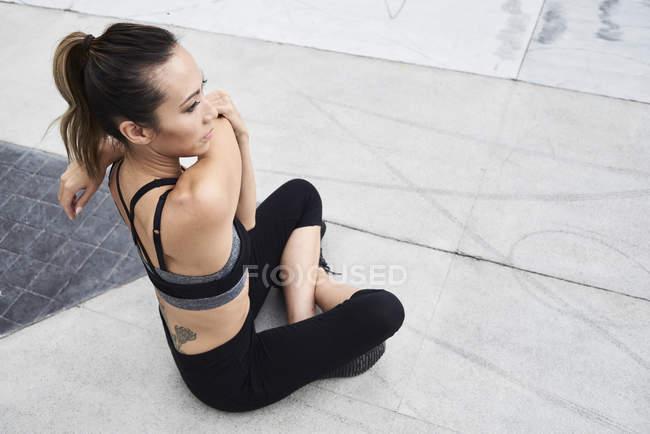 Fit Woman Dehnung im freien — Stockfoto