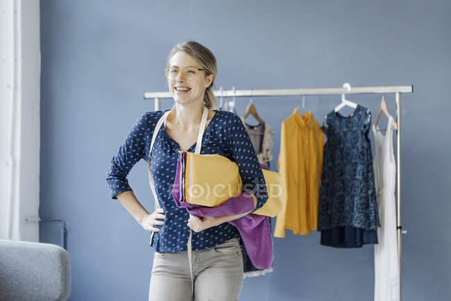 Ritratto di stilista ridere in piedi in studio — Foto stock