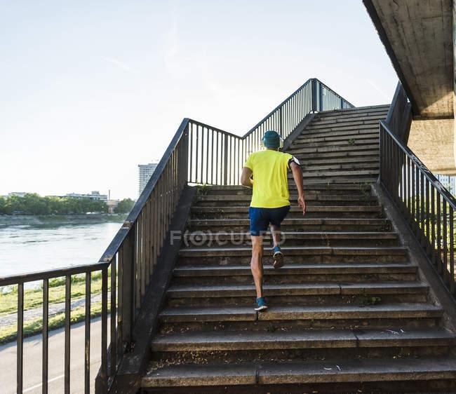 Молодой спортсмен бегает по лестнице в городе — стоковое фото