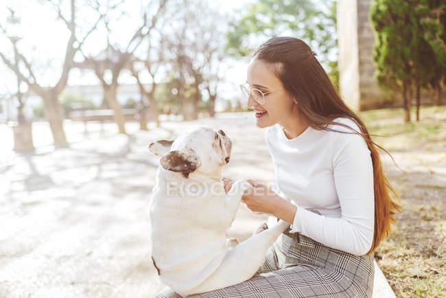 Donna che gioca al suo cane fuori — Foto stock
