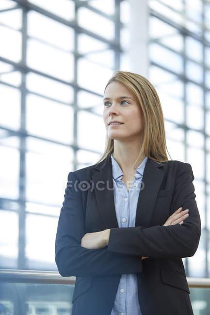 Ritratto di giovane donna d'affari bionda — Foto stock