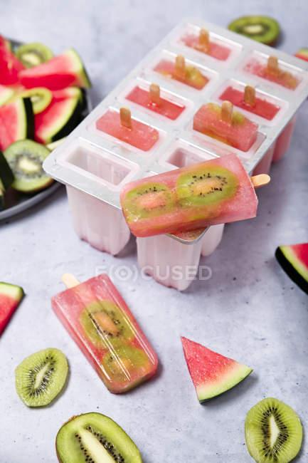 Lollies caseiros do gelo do quivi da melancia — Fotografia de Stock