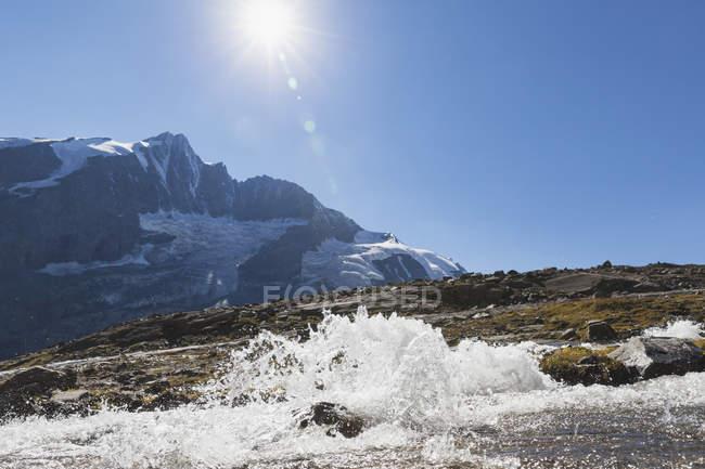Autriche, Carinthie, Gro?glockner pic et territoire alpin élevé avec ruisseau, High Tauern National Park — Photo de stock