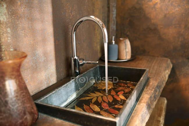 Dissipador do banheiro e torneira do aço inoxidável no banheiro com revestimento da parede do aço de Corten — Fotografia de Stock