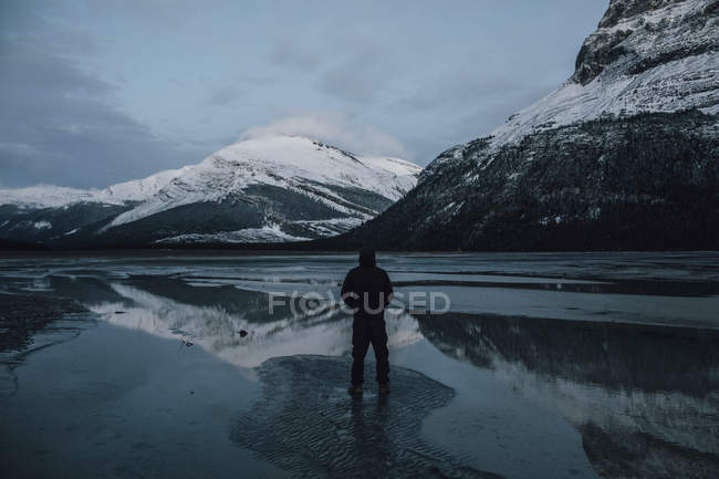 Canada, British Columbia, Mount Robson Provincial Park, man standing at Berg Lake — Stock Photo