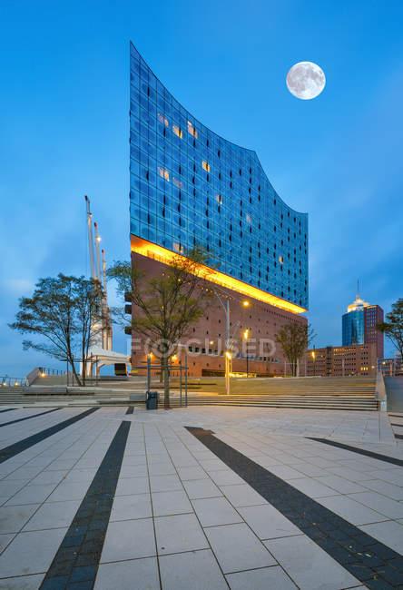Germany, Hamburg, lighted Elbe Philharmonic Hall at morning twilight — Stock Photo