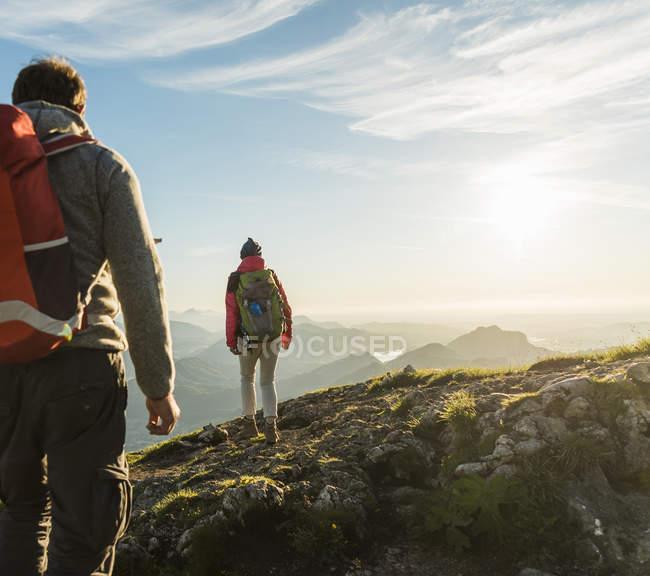 Austria, Salzkammergut, Pareja de senderismo en las montañas - foto de stock