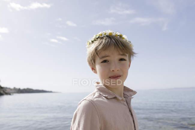 Портрет хлопчика з квітами. — стокове фото