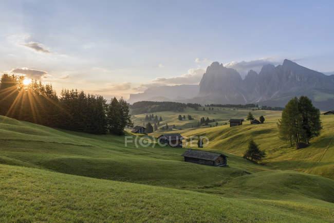 Itália, Tirol do Sul, Seiser Alm, celeiros de manhã — Fotografia de Stock