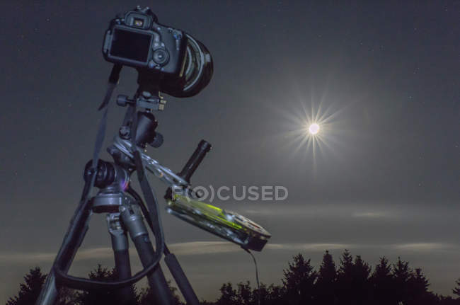 Germany, Hesse, Hochtaunuskreis, Equipment used for astro photography, photographing a full moon eclipse — Foto stock