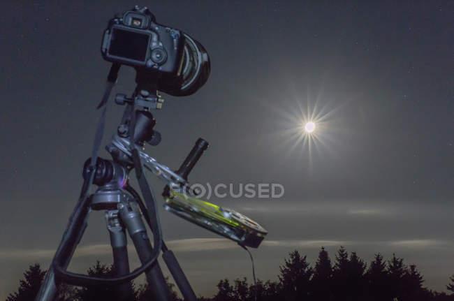 Alemanha, Hesse, Hochtaunuskreis, equipamento usado para a fotografia do astro, fotografando um eclipse da lua cheia — Fotografia de Stock