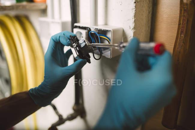 Détail d'un homme travaillant sur une installation électrique — Photo de stock