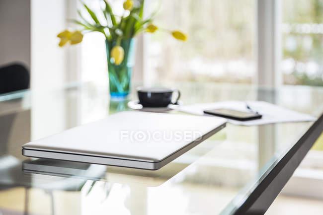 Ноутбук на скляній таблиці у вітальні — стокове фото