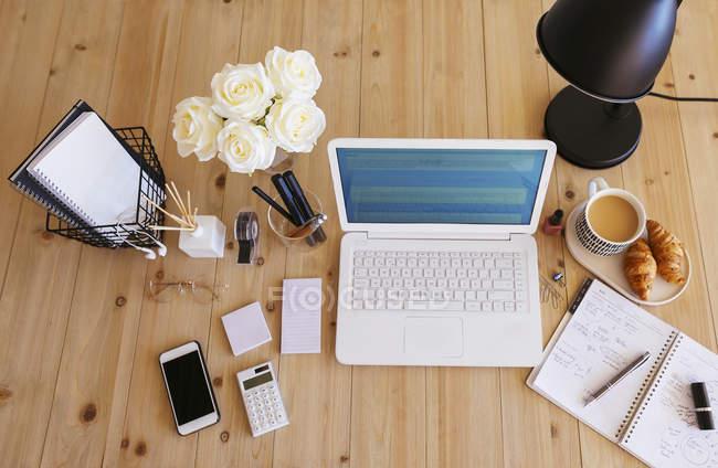 Ноутбук на столі в світлому і дружньому офісі — стокове фото