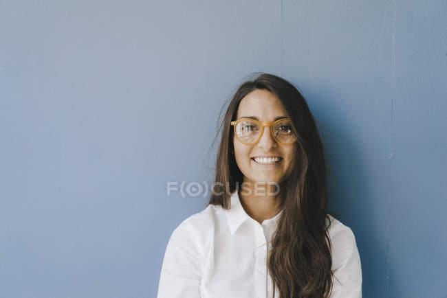 Retrato de uma mulher bonita, inteligente e jovem, usando óculos — Fotografia de Stock