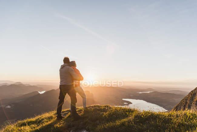 Австрия, Мюнхен, Пара, стоящая на горной вершине, наслаждаясь видом — стоковое фото