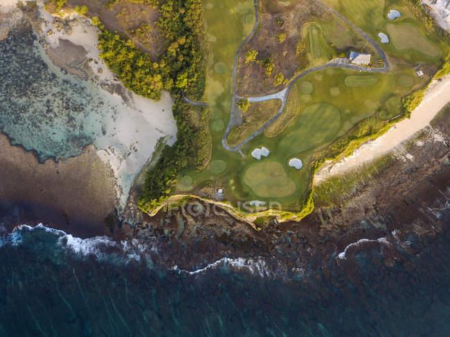 Indonesia, Bali, Veduta aerea del campo da golf con bunker e verde sulla costa — Foto stock