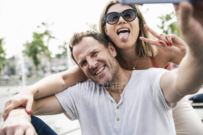 Happy couple taking a selfie outdoors — Stock Photo