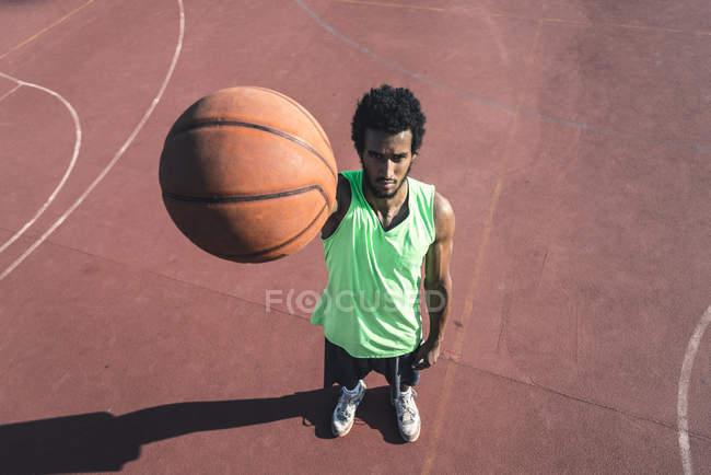 Молодий баскетболіст тримає м'яч — стокове фото